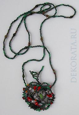 Подвеска-кулон из бисера.  Плетение в стиле фриформ.  Цвета: оттенки зеленого, красные камни, белый...